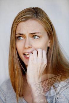 Ragazza che si mangia le unghie